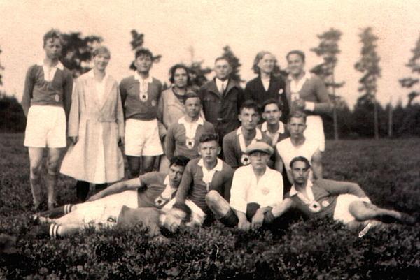 Handballmannschaft mit Frauen/Freundinnen