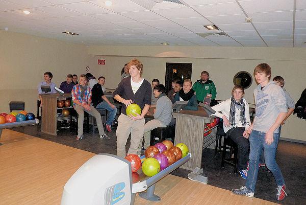 A- und B-Jugend mit viel Geschick beim Bowling