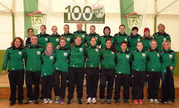 Fußballfrauen im neuen Trainingsanzug