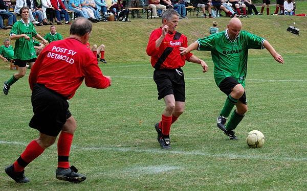 Pio macht es, die zwei tanzt er aus und schiebt ein zum 1:0!