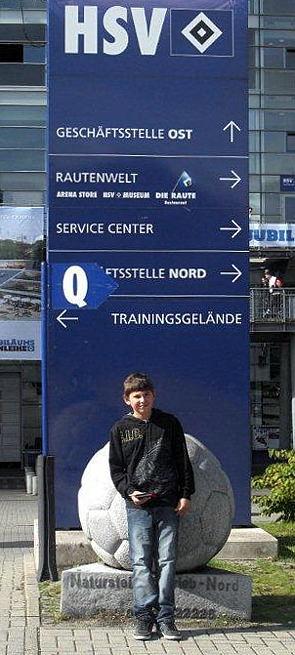 Henrik vor dem HSV - Stadion