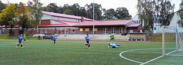 Tina tunnelt den Keeper - der Ball rollt ins Netz - verdiente Führung