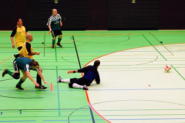 ... doch BSV Heidenoldendorf im Glück. Der Ball trifft gegen den Pfosten!