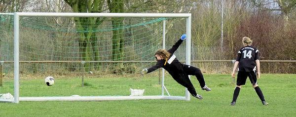 Annika fliegt dem Leder hinterher - Ball zum Glück knapp am Tor vorbei