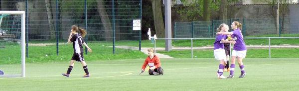 Ball im Tor, Keeper am Boden, 1:1 Ausgleich - Torschützin Madleen jubelt mit Marielle