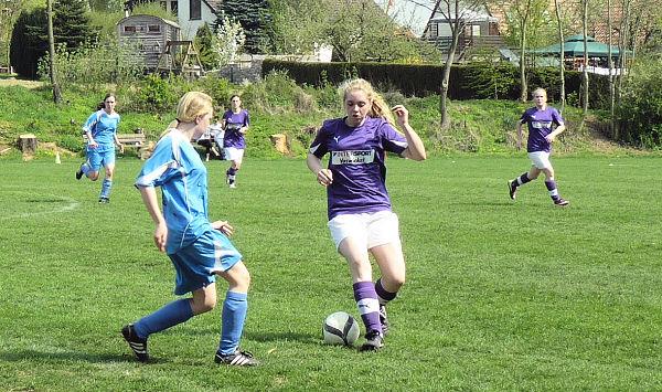Paula kontrolliert Ball und Gegenspielerin