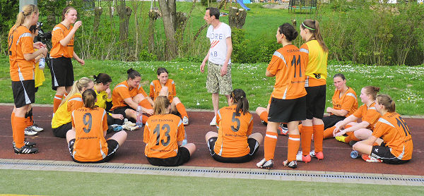 Guter erster Auftritt - Coach Labbe mit seinem Team
