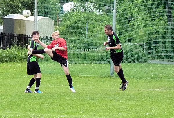 Bernd köpft den Ball aus der Gefahrenzone - über Freund und Feind hinweg