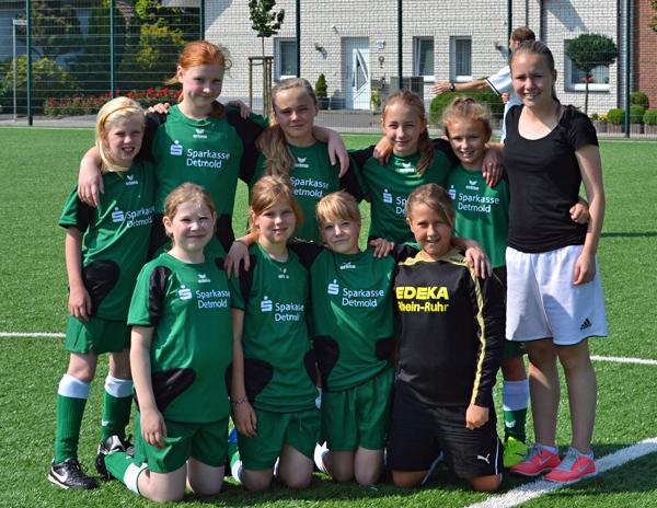 Aufstellung des E-Mädchen Teams bei ihrem ersten Turnier am 06.07.2013