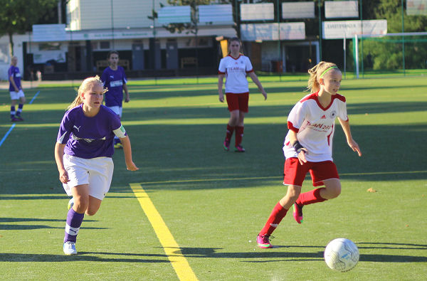 Madleen über die rechte Seite, kontrolliert Ball und Gegnerin