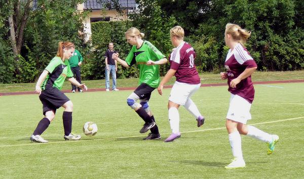 """Zusammenspiel der """"Neuen"""", beobachtet vom Coach - Silke (rechts) blockt den Weg frei für Julia"""