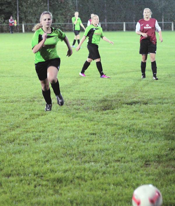 Viel Elan und Engagement - Mittelfeld konzentriert im Spielaufbau sowie in der Defensivarbeit