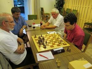 Pokalfinale 2013: Ralf Stukemeier mit weiß gegen Lothar Windmeier (schwarz). Udo Kleusser und Klaus Herzog schauen zu. Foto: Michael Groß