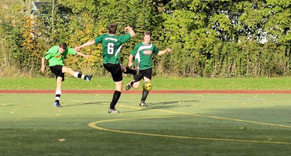 Jan zieht ab - wie an einer Schnur gezogen schlägt der Ball im rechten Torwinkel ein - das 2:0