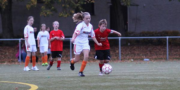 Mit Ball am Fuß lassen sich die Mädchen gar nicht mehr so leicht abdrängen