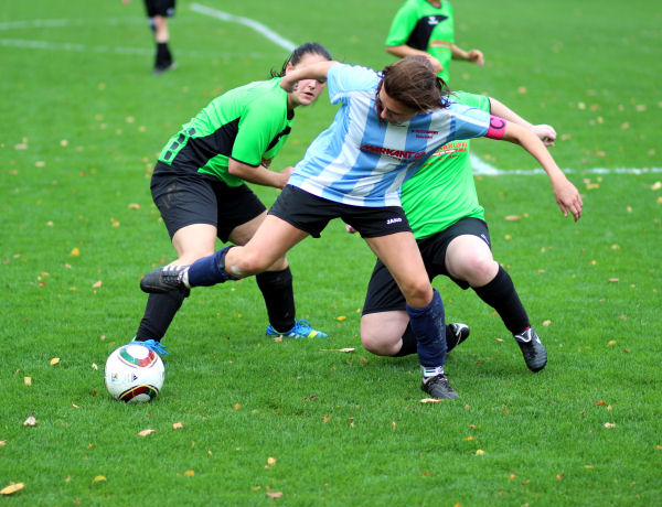Kampf um jeden Ball - blau-weiße behaupteten sich häufig sogar gegen zwei grüne
