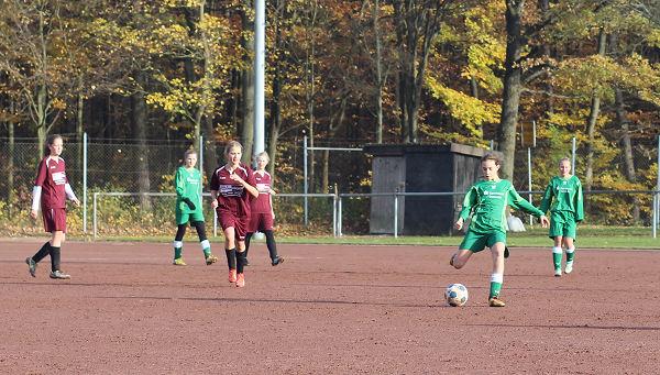 TuS-Defensive gefordert - mit Übersicht spielt Hannah die Kugel hinten raus