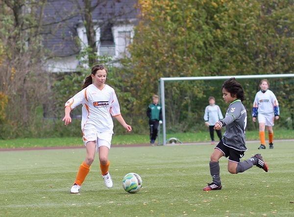 Mädchen mit guter Ballkontrolle - abwarten und im richtigen Moment abspielen