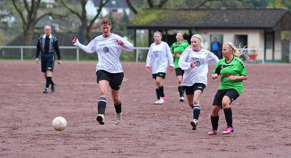 Genialer Pass in den Lauf von Julia - Celine schaut ihrem Ball erwartungsvoll hinterher