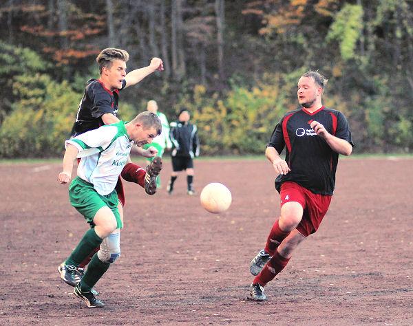 Packende Duelle um jeden Ball - fast immer zwei Gegner am ballführenden Eichholzer