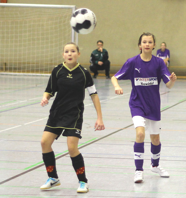 Josefine - mit viel Spaß am Fußball, Gegnerin und Ball im Blick - Mike zufrieden
