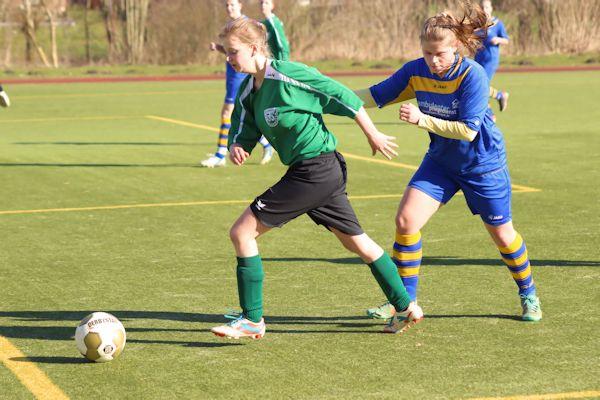 Iris entwischt ihrer Gegnerin - FC 08 Boffzen auf vielen Positionen aber stärker besetzt