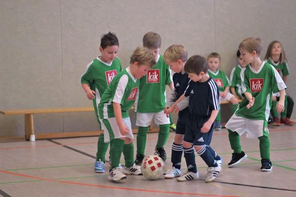 Hohe Konzentration - Minis in packendem Kampf um den Ball