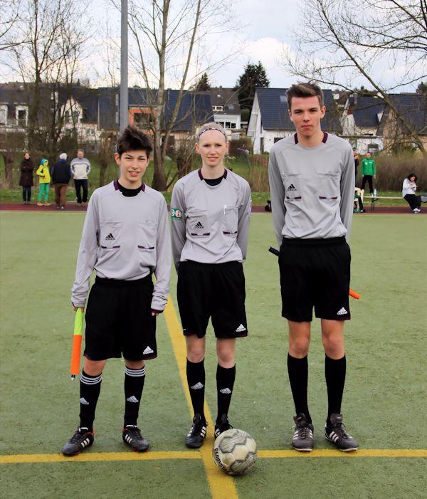 Schiedsrichterin - Lisa Glowatzki mit ihren Assistenten Nils Hasse und Jan Ole Krüger