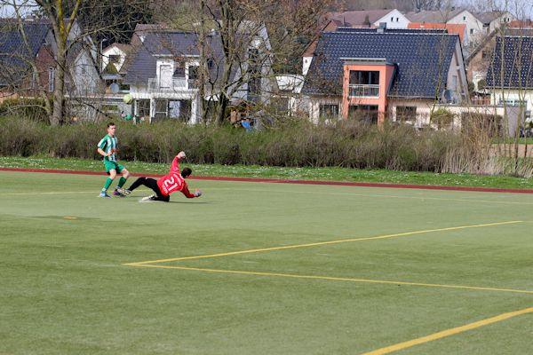 Schlitzohr Felix lupft den Ball über den Keeper...