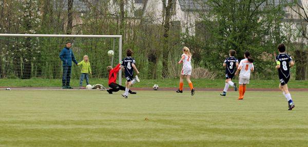 Keeper chancenlos - Joelina hämmert den Ball in die Maschen