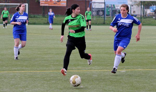 Asli mit Ball am Fuß und klasse Blick für die Mitspielerinnen - Prima Vorlage zum Siegtreffer