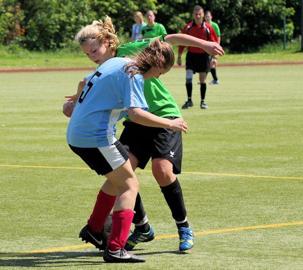 Viele Aktionen spielten sich im Mittelfeld ab - Isabel, zweikampfstark setzt sie durch