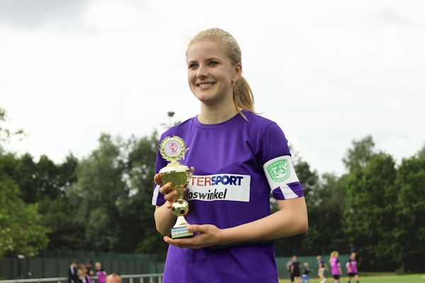 Mannschaftskapitänin Celine nimmt den Pokal entgegen
