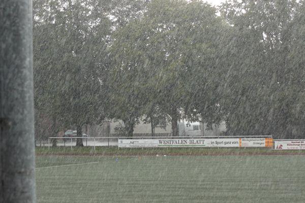 Kurz vor 16 Uhr - wolkenbruchartige Regenfälle auf dem Platz