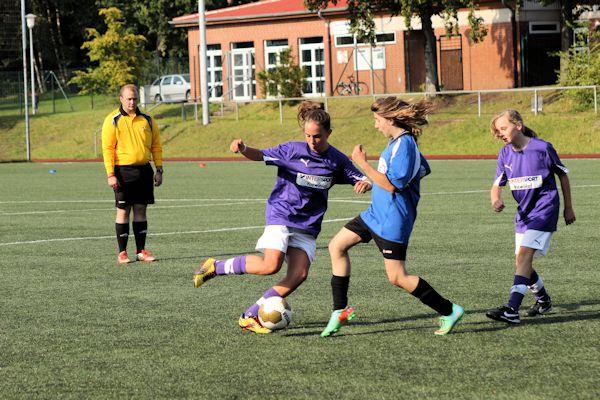 Hannah spielfreudig im offensiven Mittelfeld - Maria bietet sich an