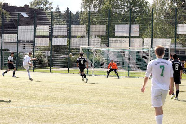 Zentral am 16er - Sven Albrecht schaut, zieht ab und trifft unter die Latte zum 1:1