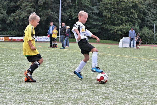 Eichholz kontrolliert Ball und Gegner