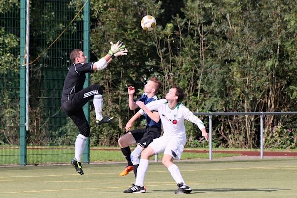 Defensive gefordert - Keeper Uwe geht dem Ball entgegen