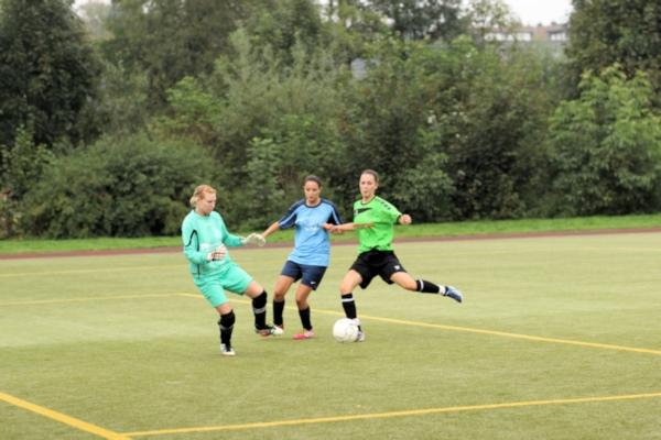 """Sina Merz - mit ihren beiden """"unglücklichen Mitspielerinnen"""" auf dem Weg zum 3:0"""