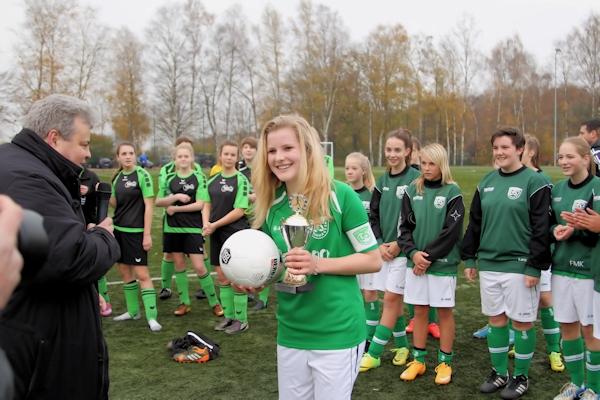 Siegerehrung - Stellvertretend empfängt Kapitän Celine Paulussen Pokal und neuen Spielball