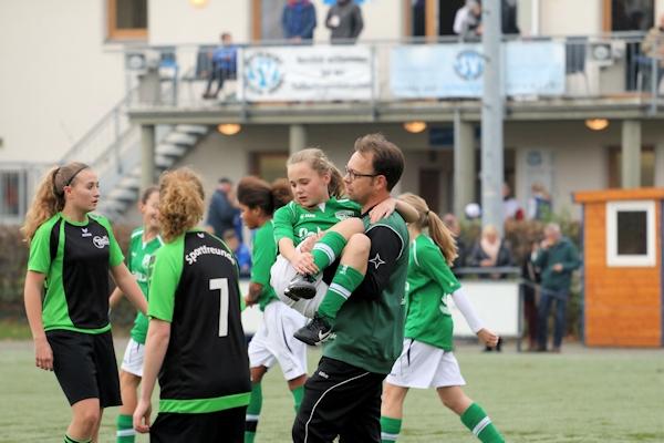 Mike Krüger - Coach und Sanitäter trägt Maria vom Platz