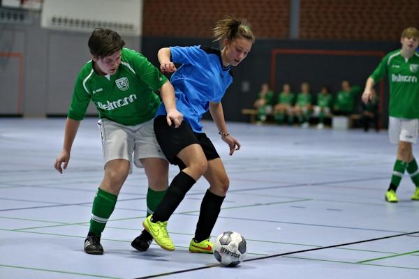 Hochklassiger Hallenfußball in Enger - Lara im Zweikampf