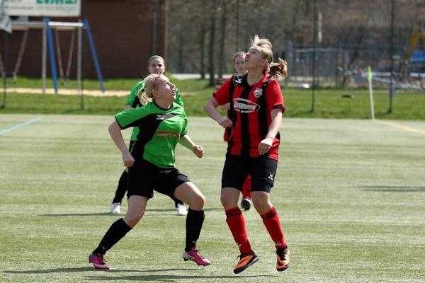 Celine und ihre Gegenspielerin - beide mit Blick auf den Ball