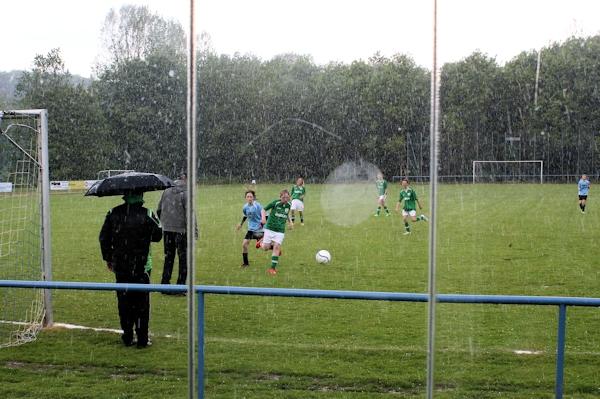 Wolkenbruchartige Regen- später sogar Hagelschauer erforderten Spielunterbrechungen