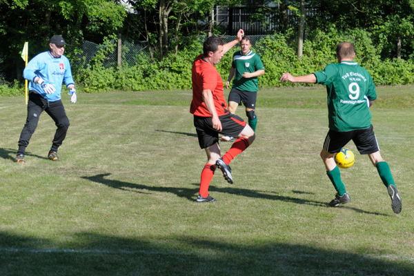 Thomas becker zieht volley ab ... und es klingelt im gegnerischen Tor