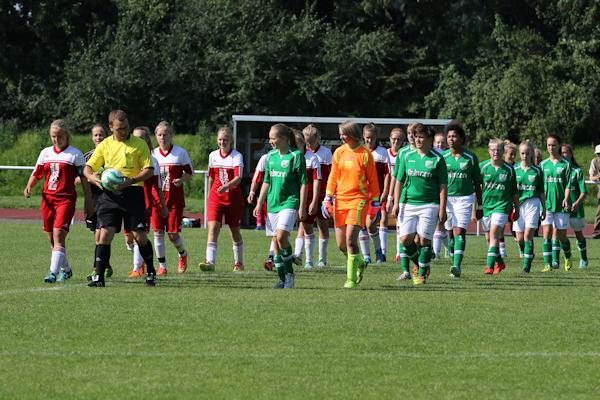 Auf geht´s - Die Mannschaften werden vom Schiedsrichter aufs Feld geführt