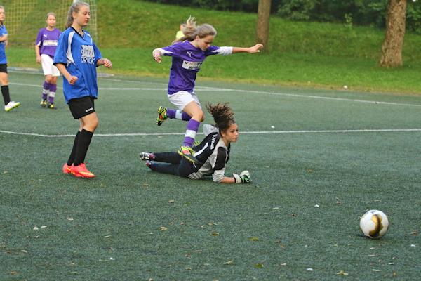 Maria läßt Fortuna-Keeper aussteigen und macht das 1:0