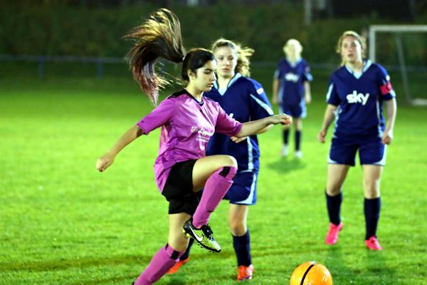 Celine mit guter Ballführung und Blick für die Mitspielerinnen