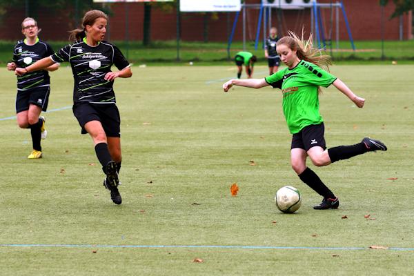 Erstmalig im Frauenteam - Jenny mit viel Dynamik über die linke Seite