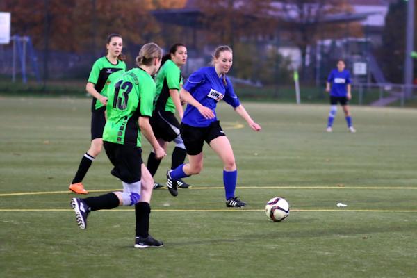 TSV-Stürmerin mit einem Lächeln im Gesicht tänzelt gleich drei Grün-Weiße aus